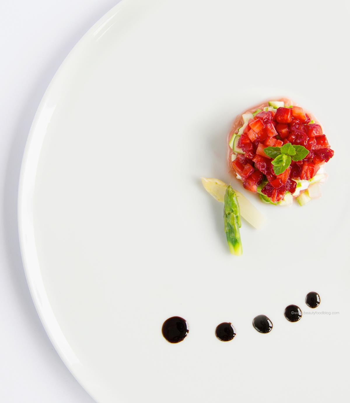 risotto vegan alla curcuma e burro di cacao con asparagi fragole e rabarbaro - vegan turmeric asparagus risotto