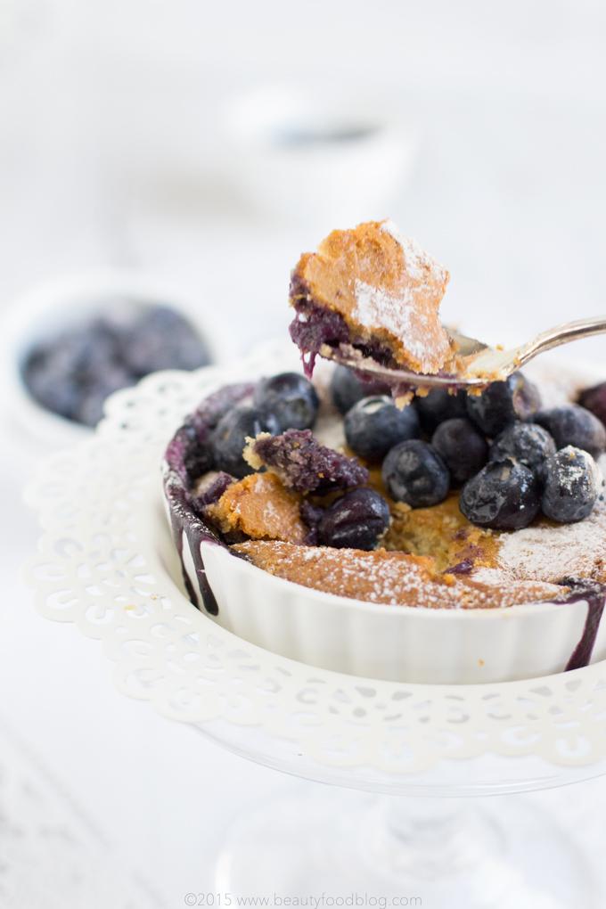 boccone di mini torta di mirtilli al cocco vegan