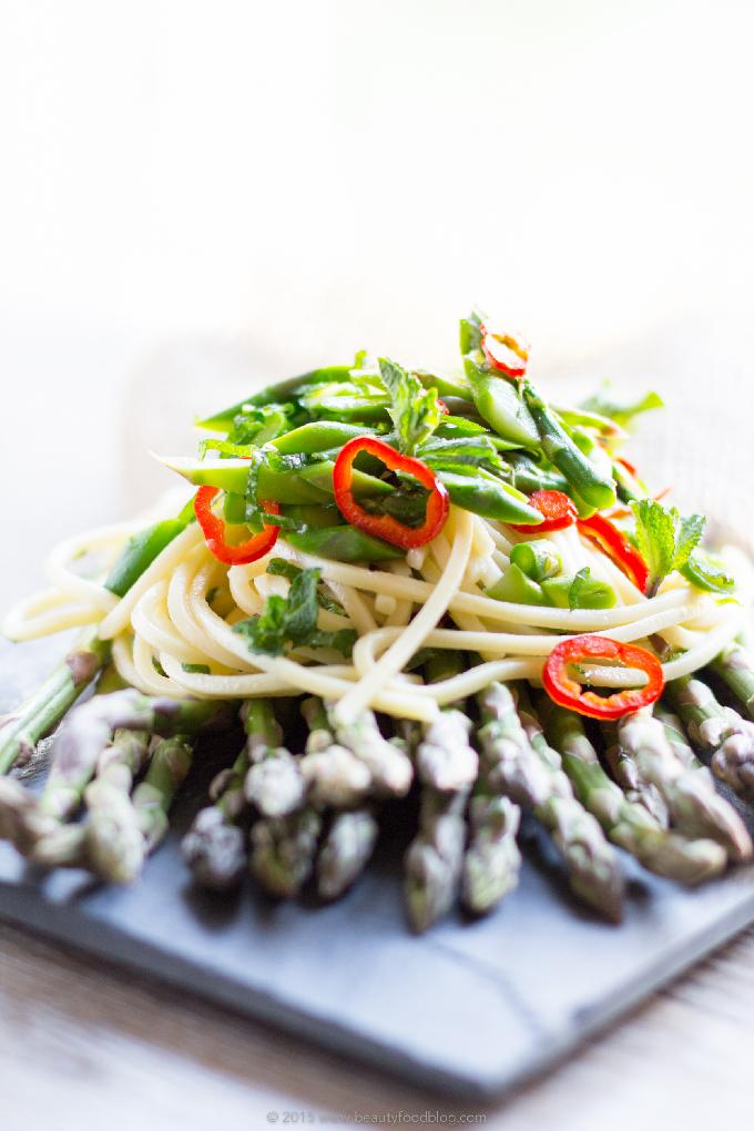Real Italian spaghetti #chili pasta with asparagus and mint #vegan #glutenfree  Spaghetti agli asparagi, peperoncino e menta fresca.Pasta dietetica, sana, fresca e veloce #vegan & #senzaglutine