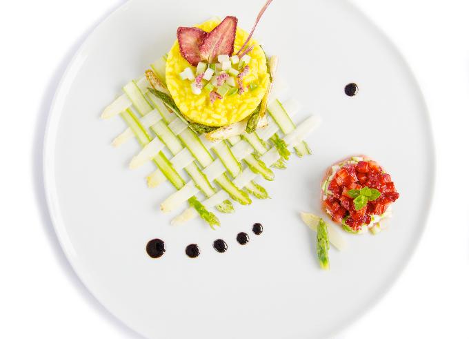 Risotto Vegan alla curcuma e burro di cacao con asparagi, dessert vegetale di  fragole e composta di rabarbaro | Vegan & Gluten Free