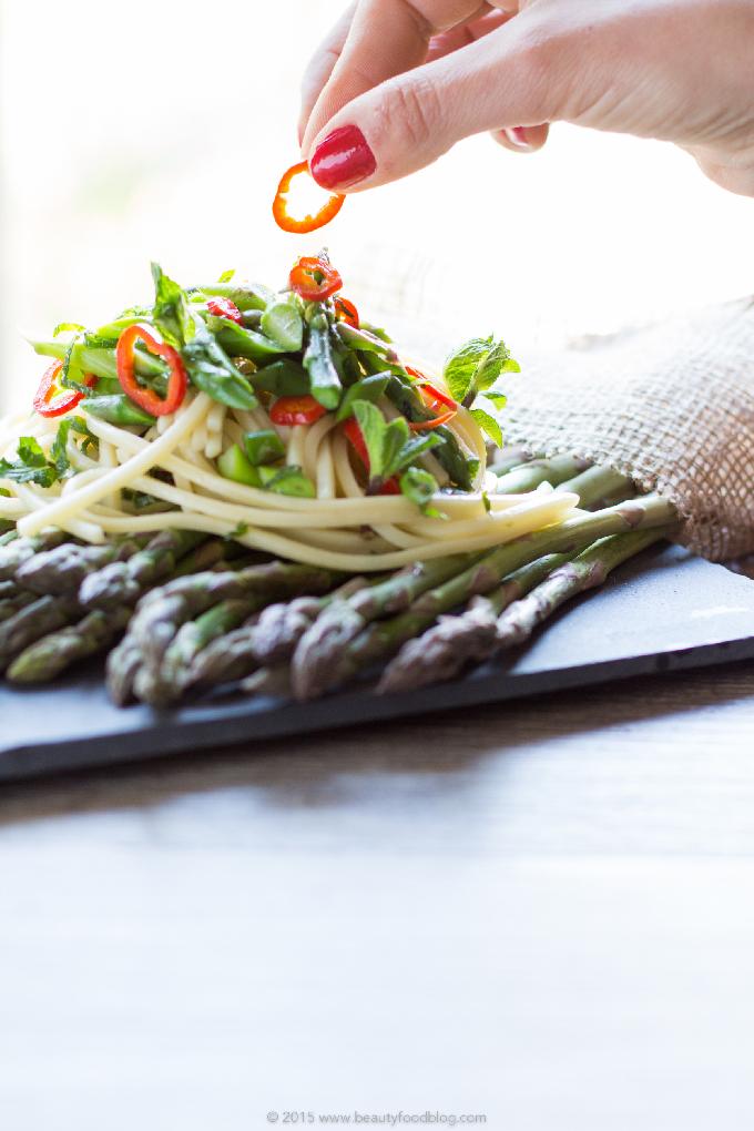 Spaghetti agli asparagi, peperoncino e menta fresca.Pasta dietetica, sana, fresca e veloce #vegan e #senzaglutine Real Italian spaghetti #chili pasta with asparagus and mint #vegan #glutenfree