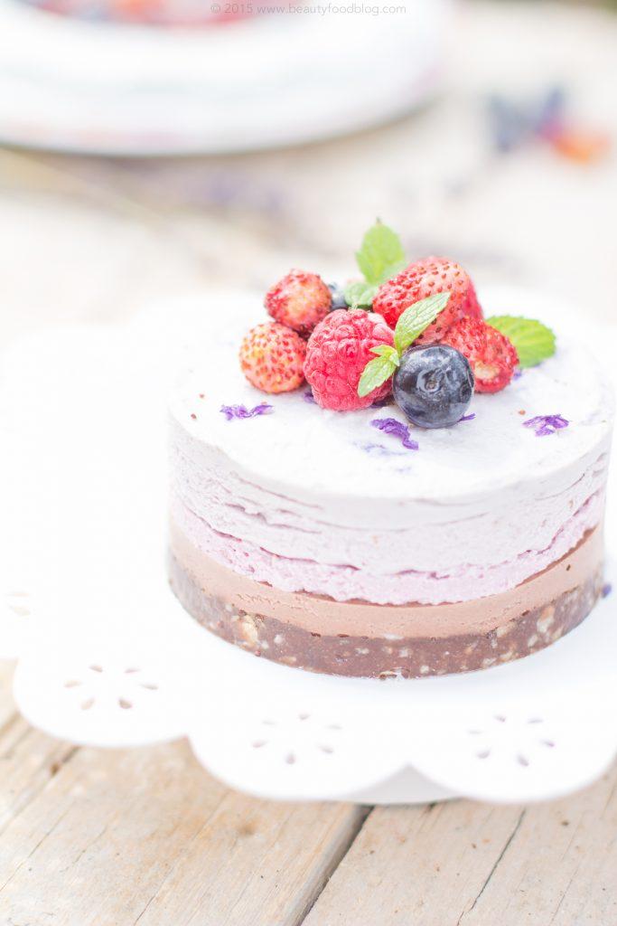Cheesecake Raw al Cocco con Frutti di bosco e Lavanda