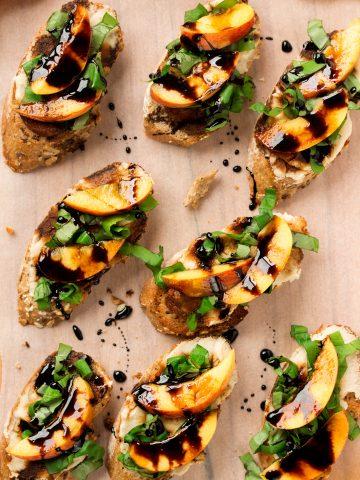 BRUSCHETTA vegan con PESCE, ACETO BALSAMICO, BASILICO e CREMA di FAGIOLI // Assolutamente DIVINE! | ITALIAN VEGAN BRUSCHETTA with PEACHES, BALSAMIC VINEGAR, white beans and basil. The perfect FINGER FOOD that will make everyone happy // vegan #glutenfree
