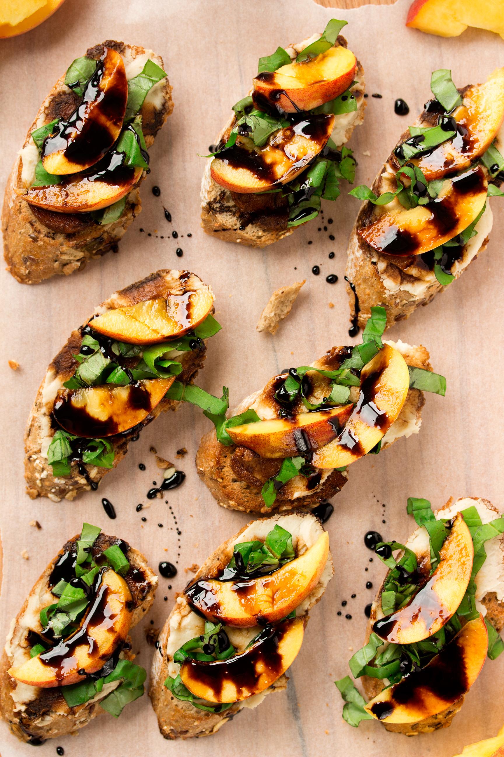 Finger Food Aperitivo Estivo bruschette vegan con pesche, aceto balsamico, basilico e crema di fagioli  bianchi