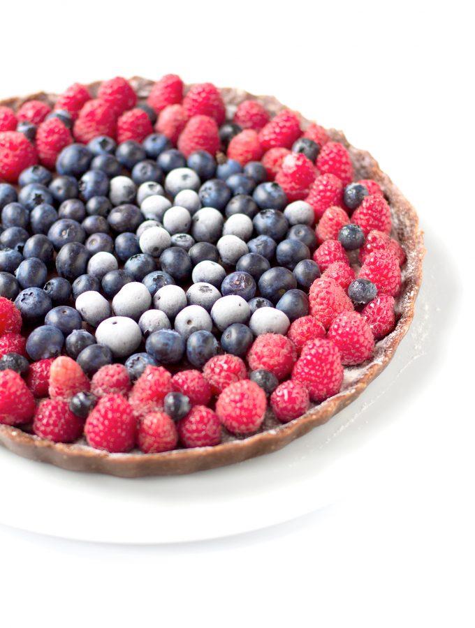 CHEESECAKE SENZA COTTURA con ganache al CIOCCOLATO e cocco, lamponi,mirtilli, marmellata di ciliegie homemade // #VEGAN #SENZAGLUTINE   NOBAKE CHOCOLATE COCONUT BERRIES CHEESECAKE with homemade cherries jam // #vegan #glutenfree