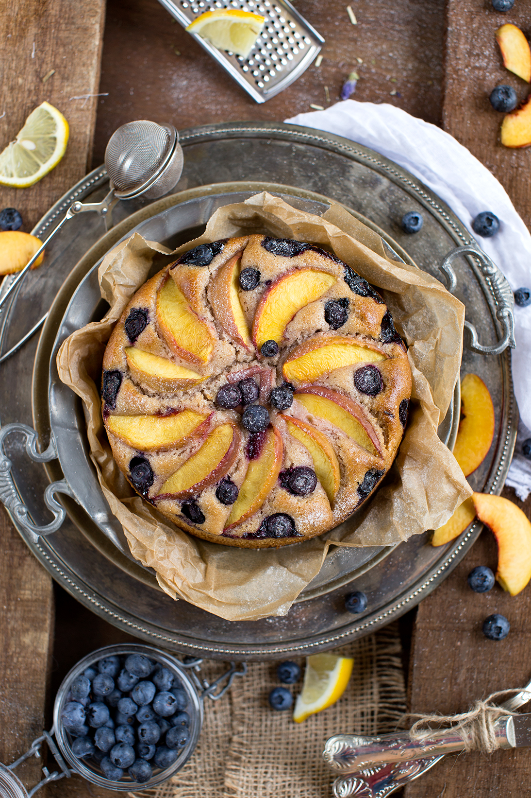 BLUEBERRY PEACH YOGURT cake VEGAN + GLUTENFREE. Delicious and amazing decadent #eggfree #dairyfree healthy fruit pie | Torta PESCHE, MIRTILLI e YOGURT VEGAN + SENZA GLUTINE. Senza zuccheri raffinati, senza uova, senza burro. pochi ingredienti, sana, veloce e deliziosamente bella questa torta è perfetta per la colazione e non solo.