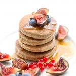 pancakes al grano saraceno e datteri con marmellata di fichi vegan senza glutine | #vegan #glutenfree buckwheat pancakes with figs and blueberries