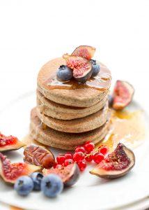 pancakes al grano saraceno e fichi con marmellata di fichi vegan senza glutine | #vegan #glutenfree buckwheat pancakes with figs and blueberries