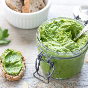 VEGAN RAW OILFREE GLUTENFREE easy avocado pesto ingredients : parsley, avocado, almonds and ginger | Ricetta semplice RAW VEGAN | ingredienti pesto di avocado : avocado, prezzemolo, mandorle e zenzero SENZA OLIO