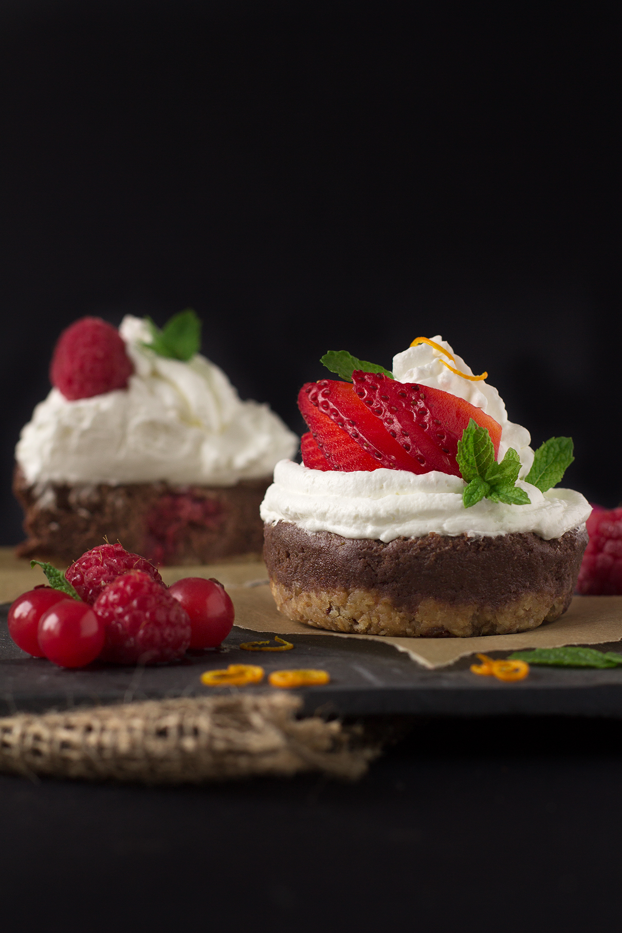 NOBAKE BANANA CHOCOLATE CHEESECAKE CUPCAKES #vegan #glutenfree with coconut whipped cream and fresh berries | VEGAN Cheesecake Cupcakes CIOCCOLATO e BANANA senza cottura con frutti di bosco e panna al latte di cocco