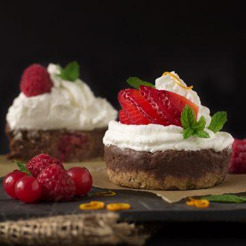 NOBAKE BANANA CHOCOLATE CHEESECAKE CUPCAKES #vegan #glutenfree with coconut whipped cream and fresh berries | VEGAN Cheesecake Cupcakes CIOCCOLATO e BANANA senza cottura con frutti di bosco e panna al latte di cocco #vegan #glutenfree #nobake