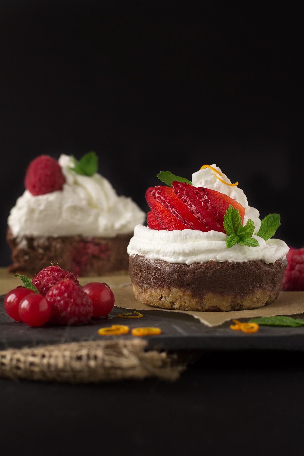 NOBAKE BANANA CHOCOLATE CHEESECAKE CUPCAKES #vegan #glutenfree with coconut whipped cream and fresh berries | VEGAN Cheesecake Cupcakes CIOCCOLATO e BANANA senza cottura con frutti di bosco e panna al latte di cocco #vegan #glutenfree #nobake