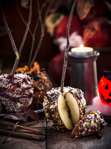 #healthy VEGAN RAW DATE CARAMEL CANDY APPLES with coconut, goji berries #almonds and nuts for #HALLOWEEN #refinedsugarfree #glutenfree #vegan. Works great with oatmeal porridge for breakfast | MELE AL CARAMELLO di DATTERI SENZA ZUCCHERO aggiunto con CIOCCOLATO, noci mandorle e cocco per HALLOWEEN . Perfette anche a colazione con il porridge di avena