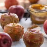 #healthy VEGAN RAW DATE CARAMEL CANDY APPLES with coconut, goji berries #almonds and nuts for #HALLOWEEN #refinedsugarfree #glutenfree #vegan. Works great with oatmeal porridge for breakfast | MELE AL CARAMELLO di DATTERI SENZA ZUCCHERO aggiunto con CIOCCOLATO, noci mandorle e cocco per HALLOWEEN . Perfette anche a colazione con il porridge di avena