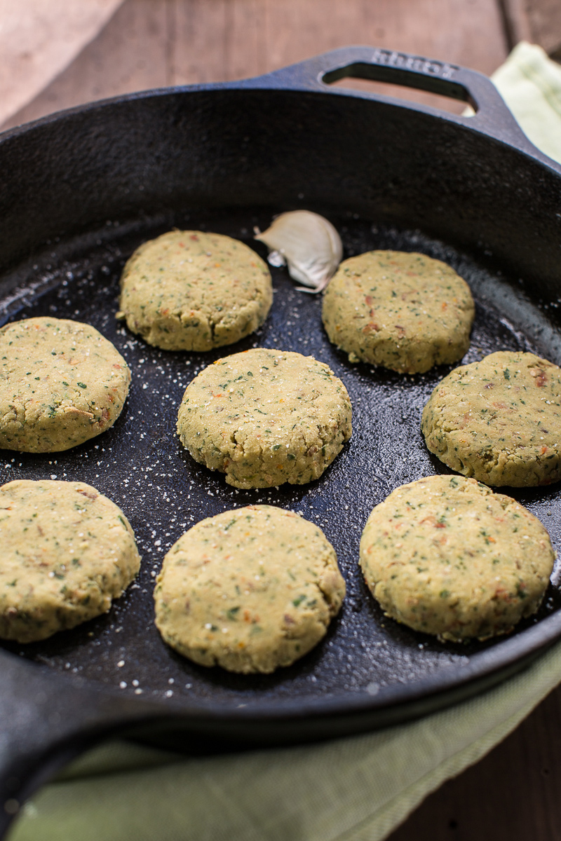 vegan baked falafel recipe with sun dried tomatoes #vegan #glutenfree - ricetta falafel al forno falafel in padella facili e veloci