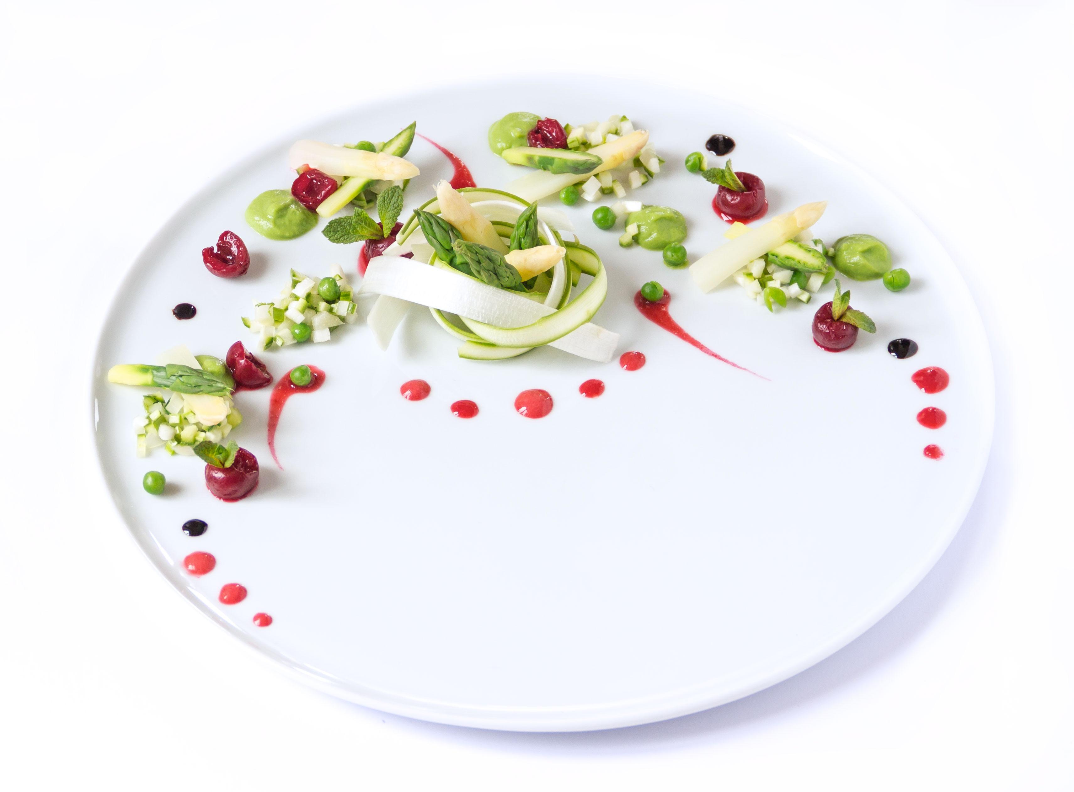 insalata di asparagi verdi e bianchi con ciliegie, crema di piselli e riduzione di aceto balsamico #vegan #senzaglutine