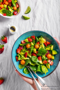 avocado spinach strawberry salad with lemon poppy seed dressing vegan insalata avocado fragole spinaci