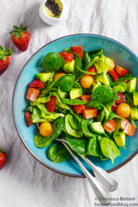 avocado spinach strawberry salad with lemon poppy seed dressing vegan insalata avocado fragole spinaci