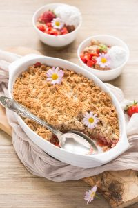 strawberry crumble #vegan #glurtenfree | crumble di fragole e rabarbaro