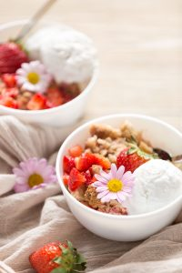 rhubarb strawberry crumble #vegan #glurtenfree | crumble di fragole e rabarbaro in ciotola