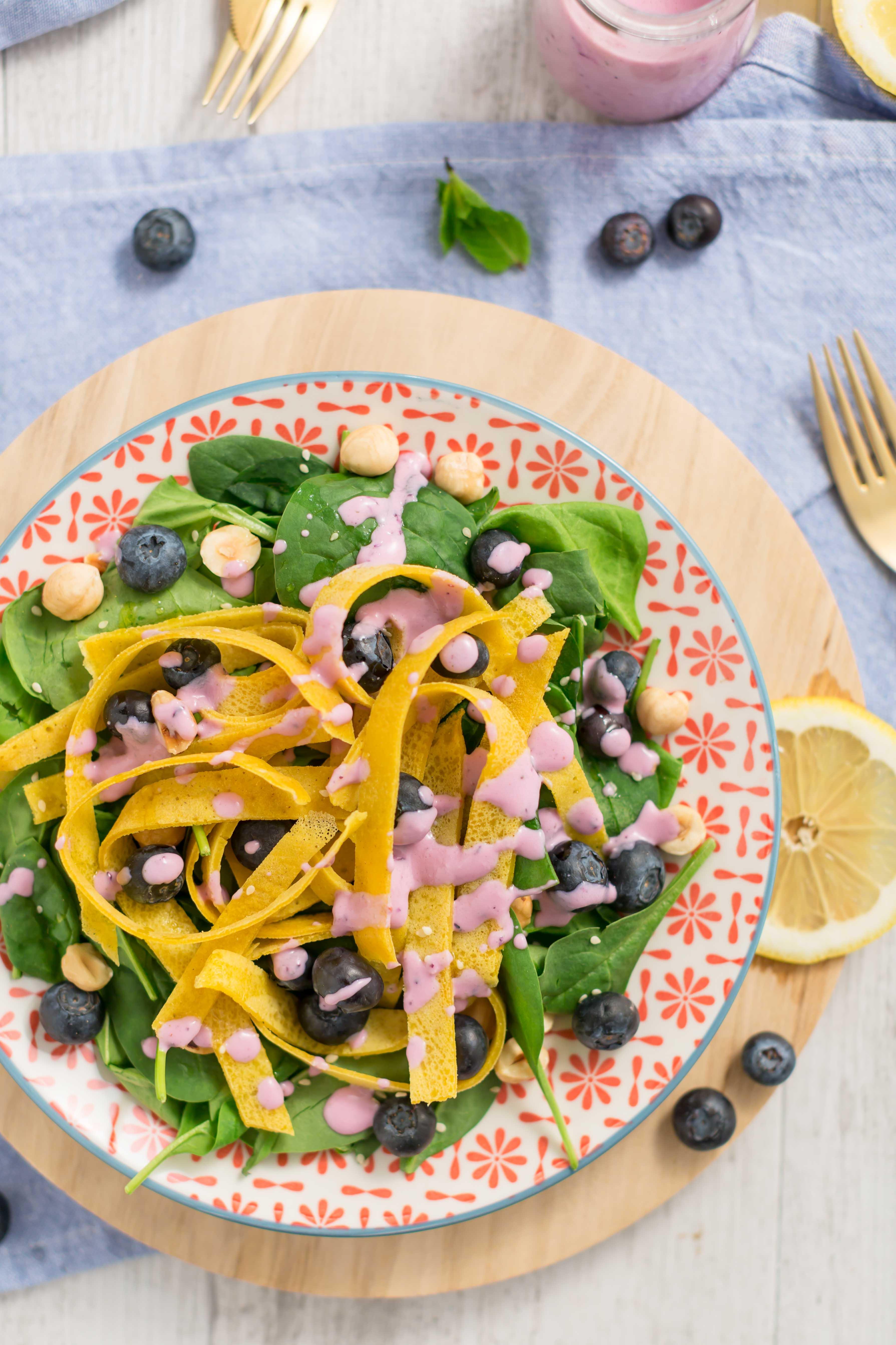 Blueberry spinach salad with eggfree vegan glutenfree crepes tagliatelle + dressing | insalata di mirtilli e nocciole con tagliatelle di crepes senza uova al miglio senza glutine vegan