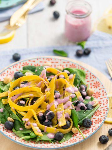 insalata di mirtilli e nocciole con tagliatelle di crepes senza uova al miglio senza glutine vegan - blueberry spinach salad with eggfree vegan glutenfree crepes tagliatelle quadrato