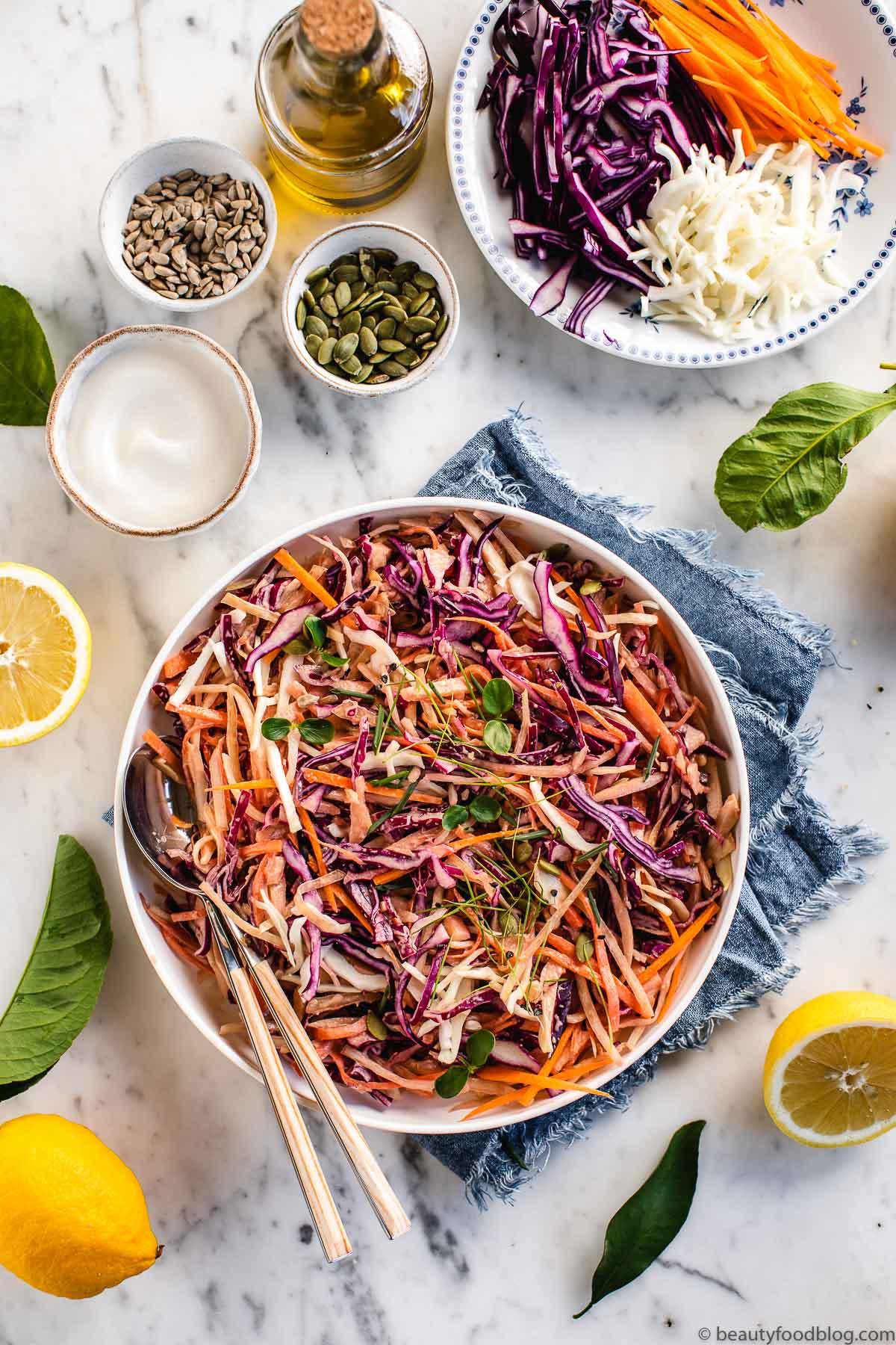 piatto con ingredienti e insalata cavolo cappuccio carote e mele e pane coleslaw light plate with coleslaw salad and bread