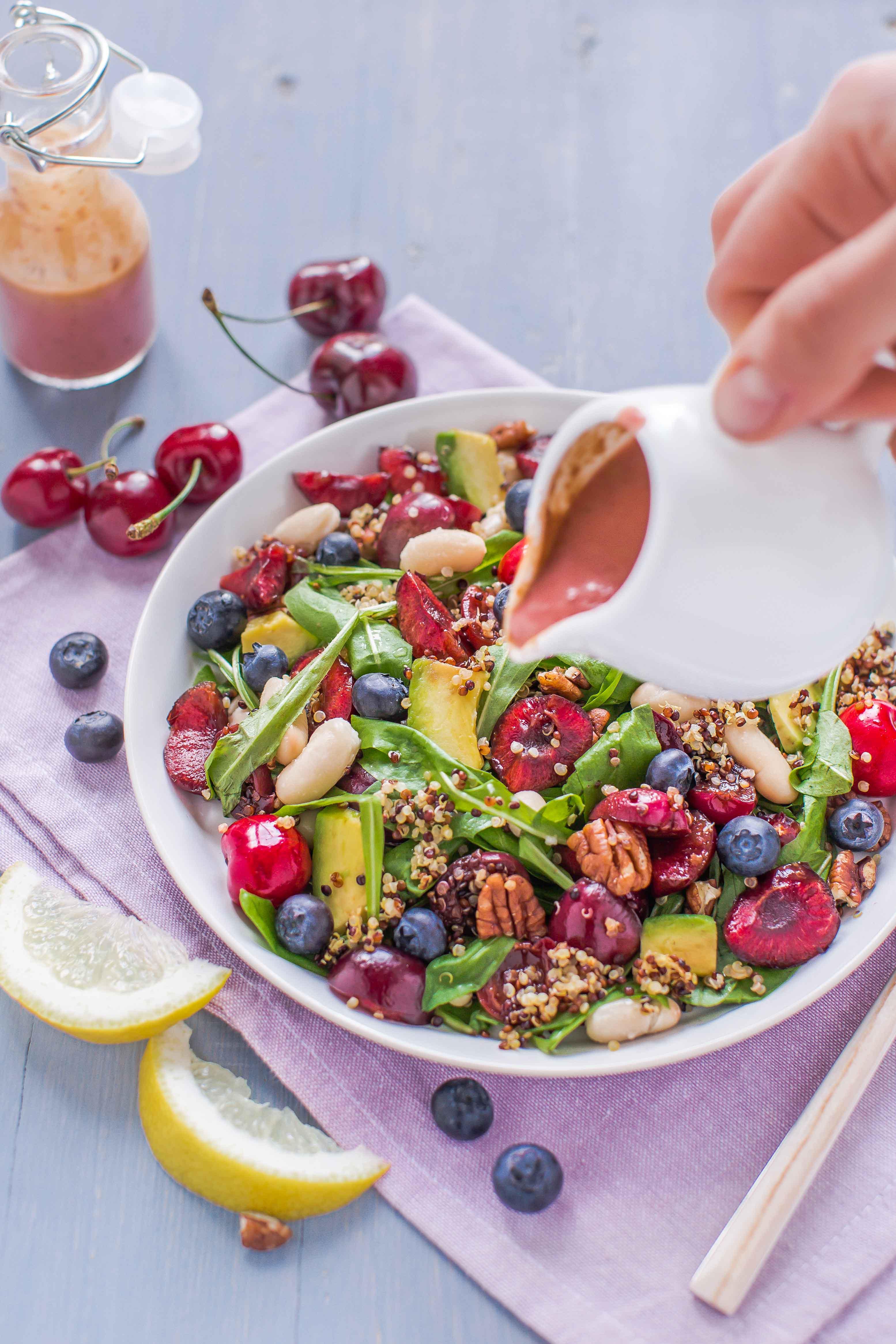insalata di quinoa e ciliegie all'aceto balsamico con dressing alla ciliegie - balsamic cherry quinoa salad with cherry vinaigrette dressing 2