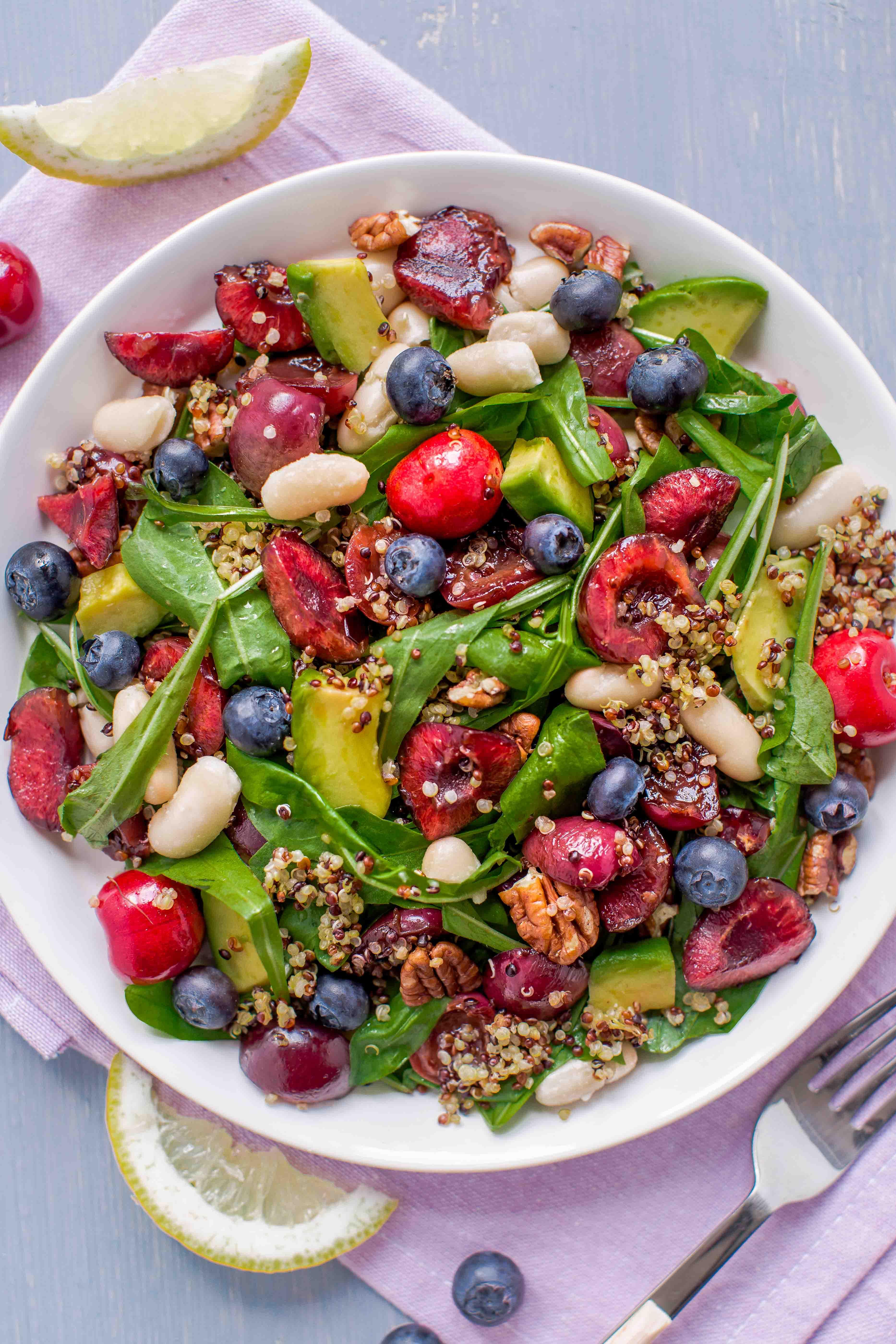insalata di quinoa e ciliegie all'aceto balsamico e mirtilli - balsamic cherry quinoa salad with pecans and blueberry #vegan #glutenfree