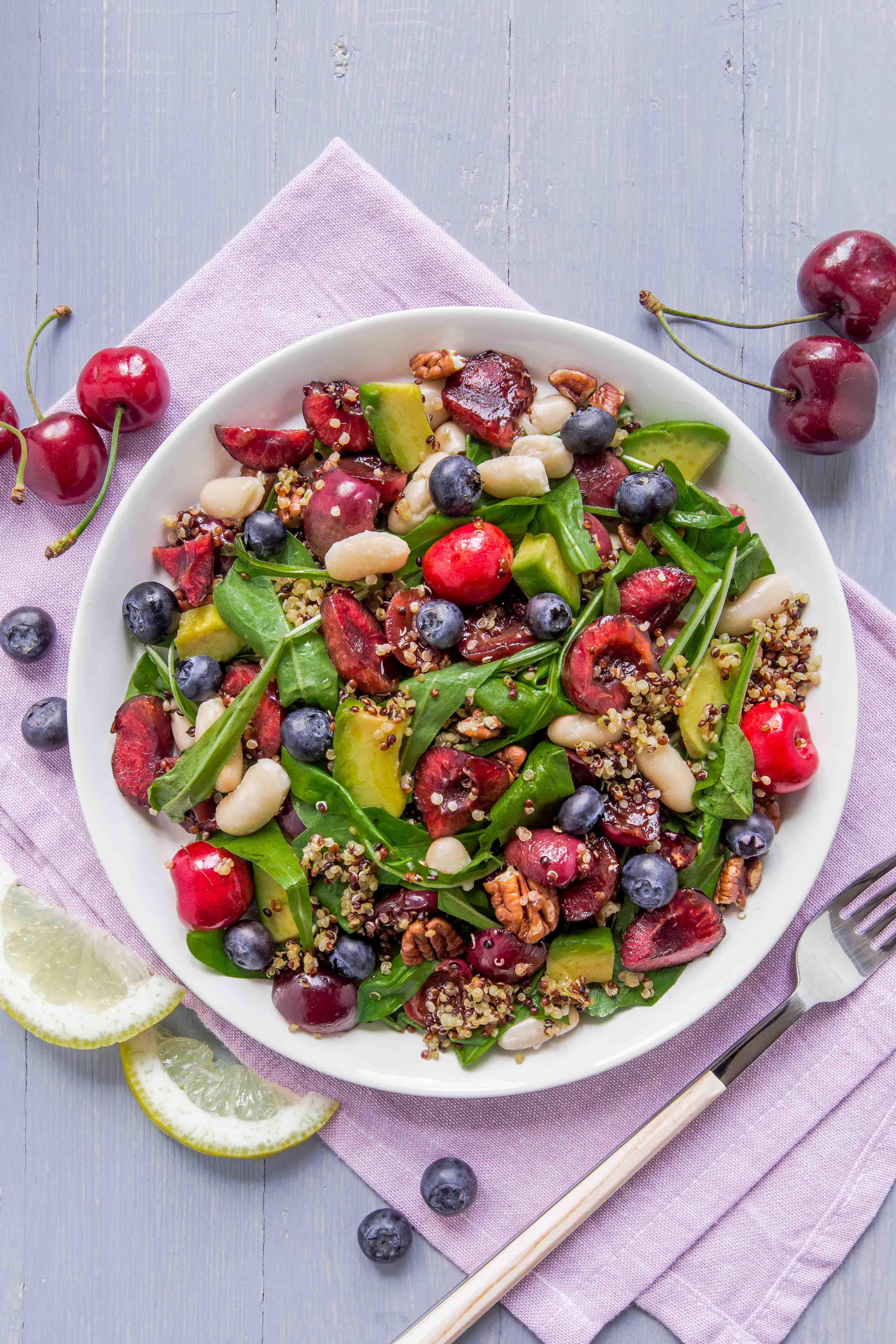 insalata di quinoa e ciliegie all'aceto balsamico e mirtilli - vegan balsamic cherry quinoa salad with pecans and blueberry #glutenfree