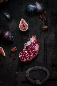 vegan figs and pecan salad recipe with pomegranate arils and balsamic dressing insalata di fichi e noci con melagrana, spinacino e dressing al balsamico