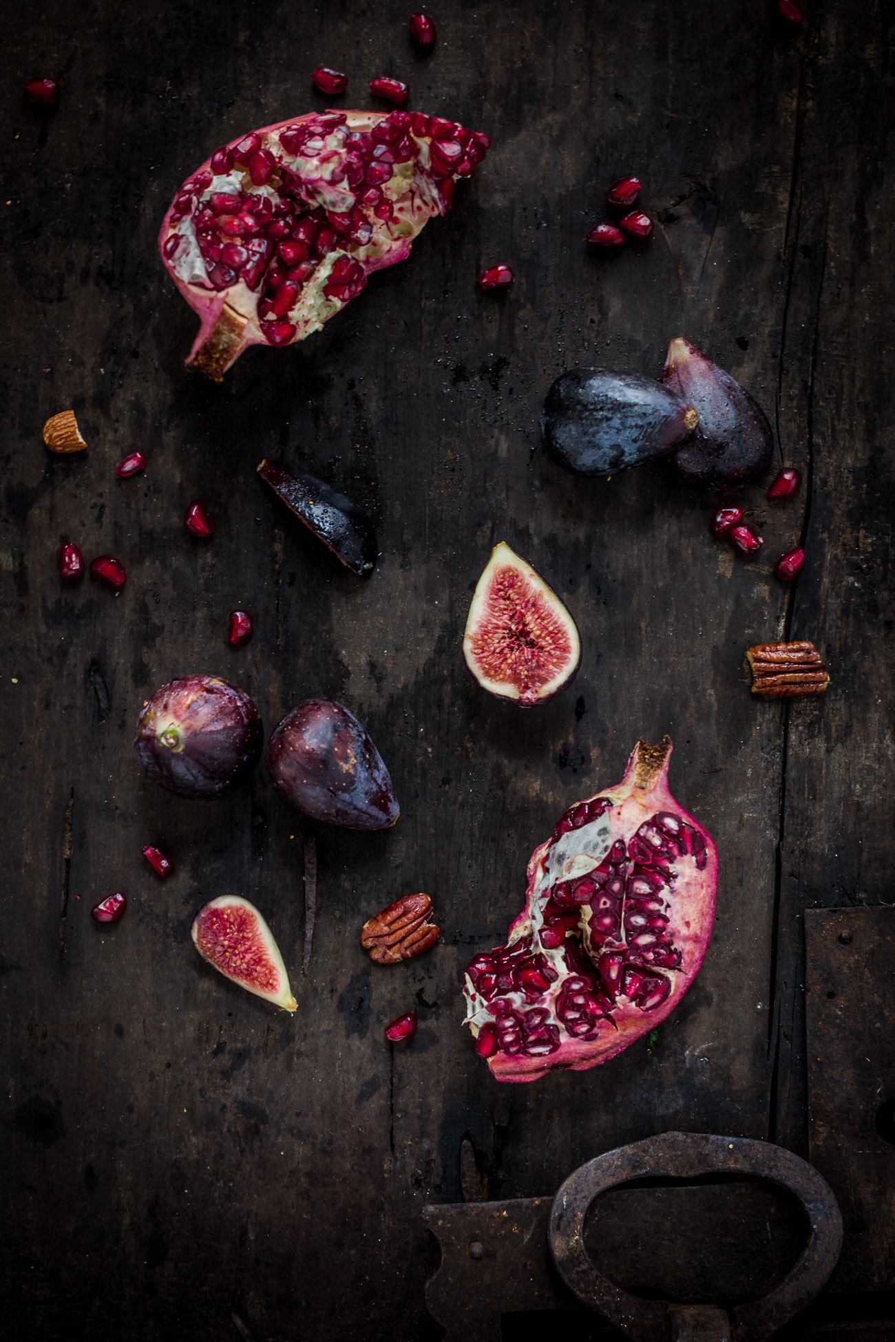 vegan figs and pecan salad recipe with pomegranate arils and balsamic dressing insalata di fichi e noci con melagrana, spinacino e dressing al balsamico