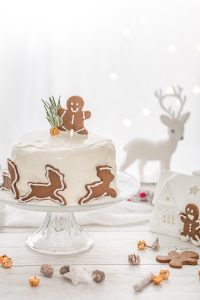 Torta di carote vegan al pan di zenzero e biscotti gingerbread - vegan gingerbread carrot cake