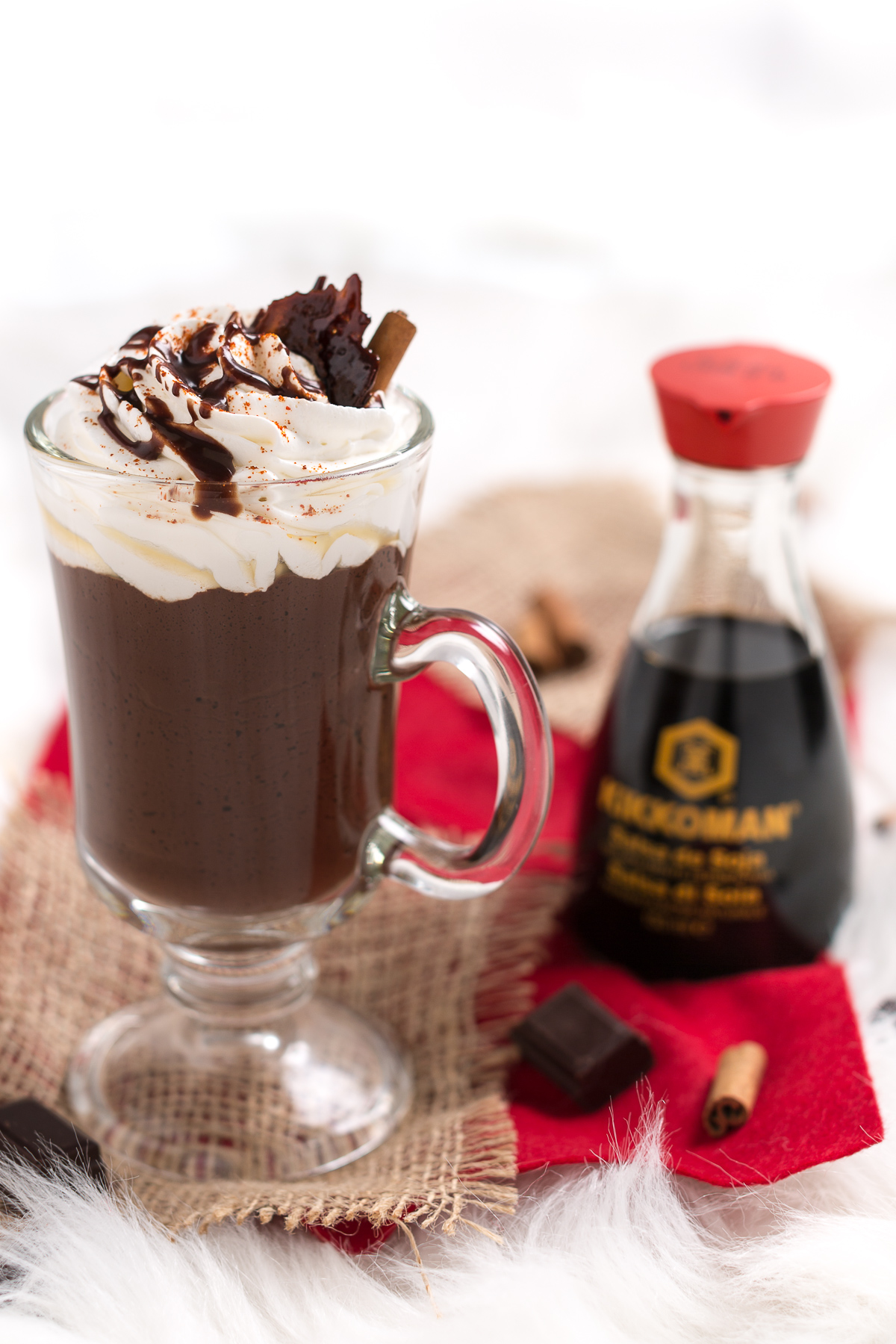 cioccolata calda con caramello croccante salato e sciroppo al cioccolato - salted vegan hot chocolate
