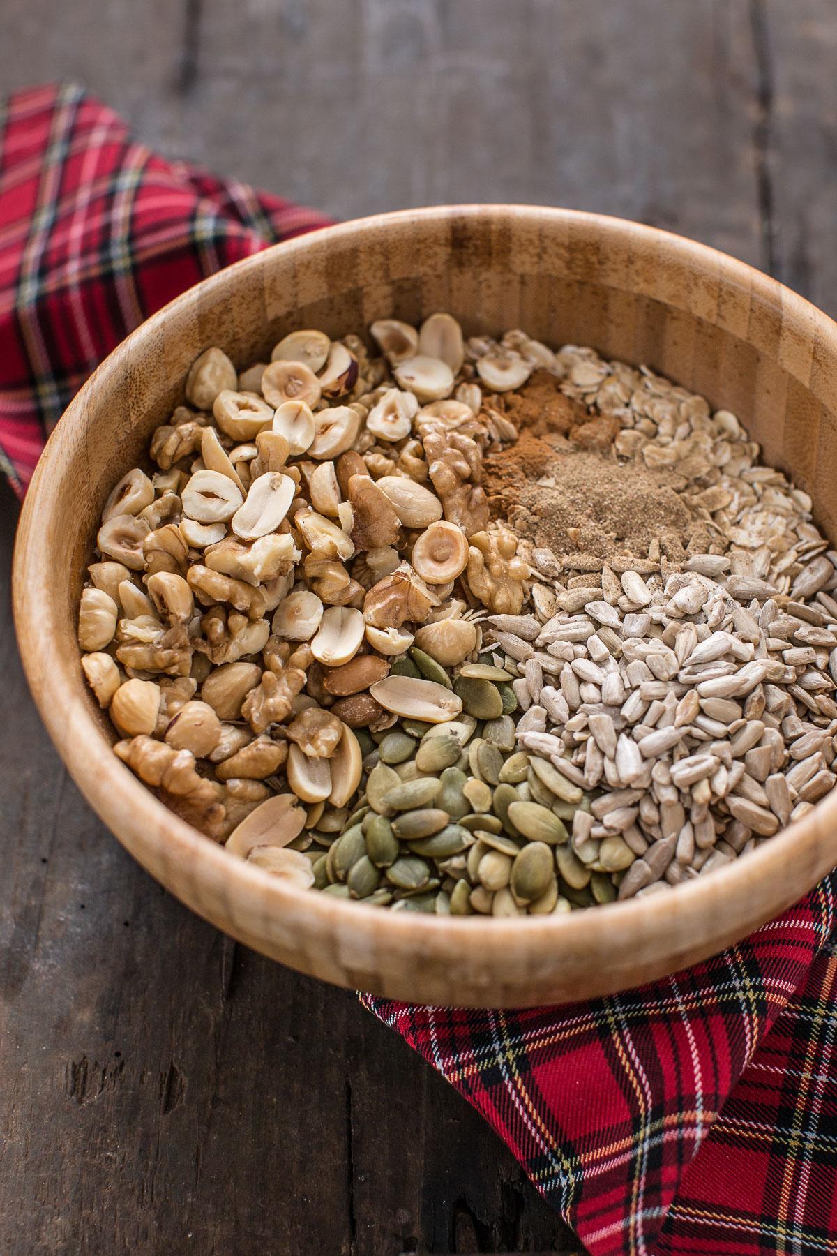 ricetta granola light alla zucca granola fatta-in-casa-vegan-pumpkin-granola-with-hazelnuts-and-pumpkin-seeds-2