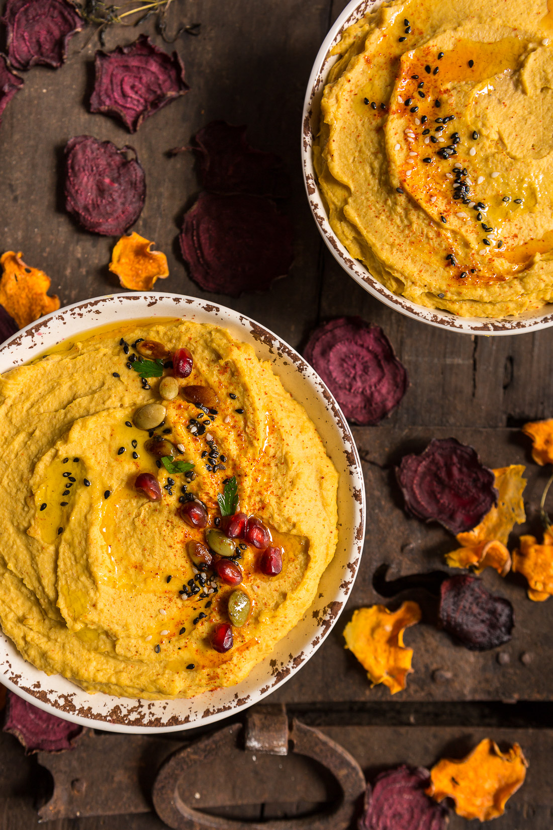 Hummus alla zucca con chips di barbabietola e patate dolci - PUMPKIN HUMMUS recipe with beet and sweet potato chips