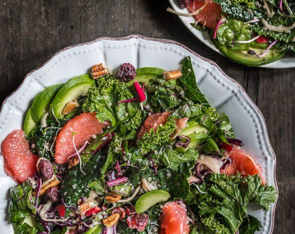 Massaged Kale Avocado Pomegranate Salad with Apple dressing and quinoa - INSALATA DETOX INVERNALE con KALE, POMPELMO e AVOCADO con MELE
