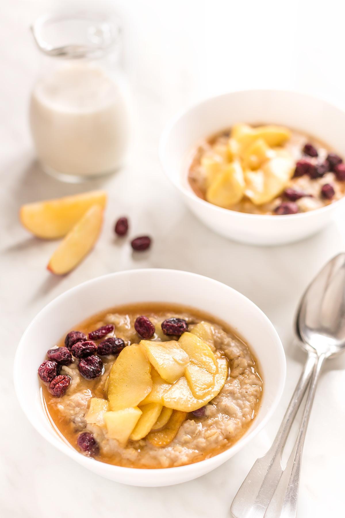 porridge di avena alle mele caramellate e cannella - vegan caramelized apple oatmeal with cinnamon