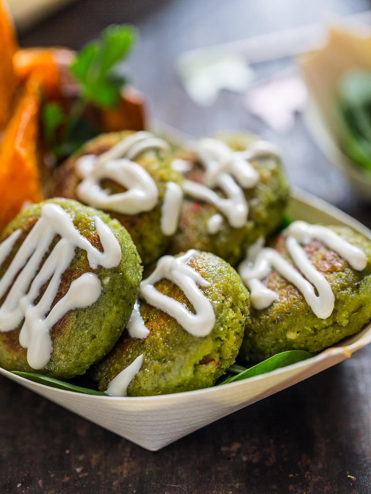 ricetta falafel non fritti facilissimi con salsa tahina allo yogurt e patate dolci al forno senza glutine