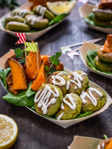 vegan easy falafel with tahini sauce and rosemary baked potatoes - ricetta falafel non fritti in padella facilissimi con patate dolci al forno