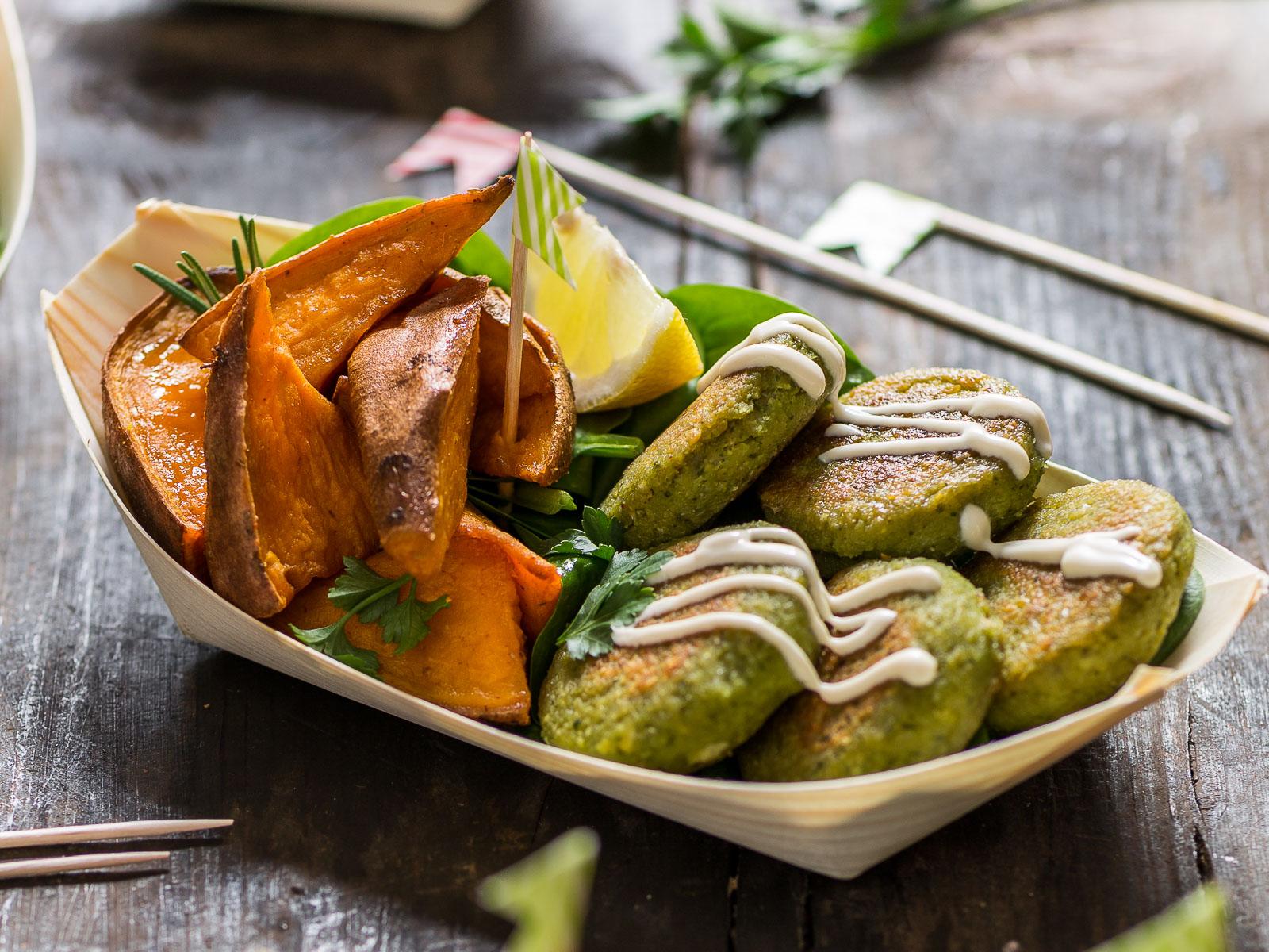 vegan gluten free falafel with tahini sauce and rosemary baked potatoes - ricetta falafel non fritti facilissimi con tahina e patate dolci al forno