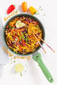 vegan sweet potatoes noodles stir-fry with mushrooms and bell pepper - Noodles di patate dolci e verdure saltate in padella vegan senza glutine con spiralizer