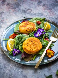 vegan burger with spring salad and sundreid tomato - burger vegani com pomodori secchi e insalata primaverile beauty food blog.jpg