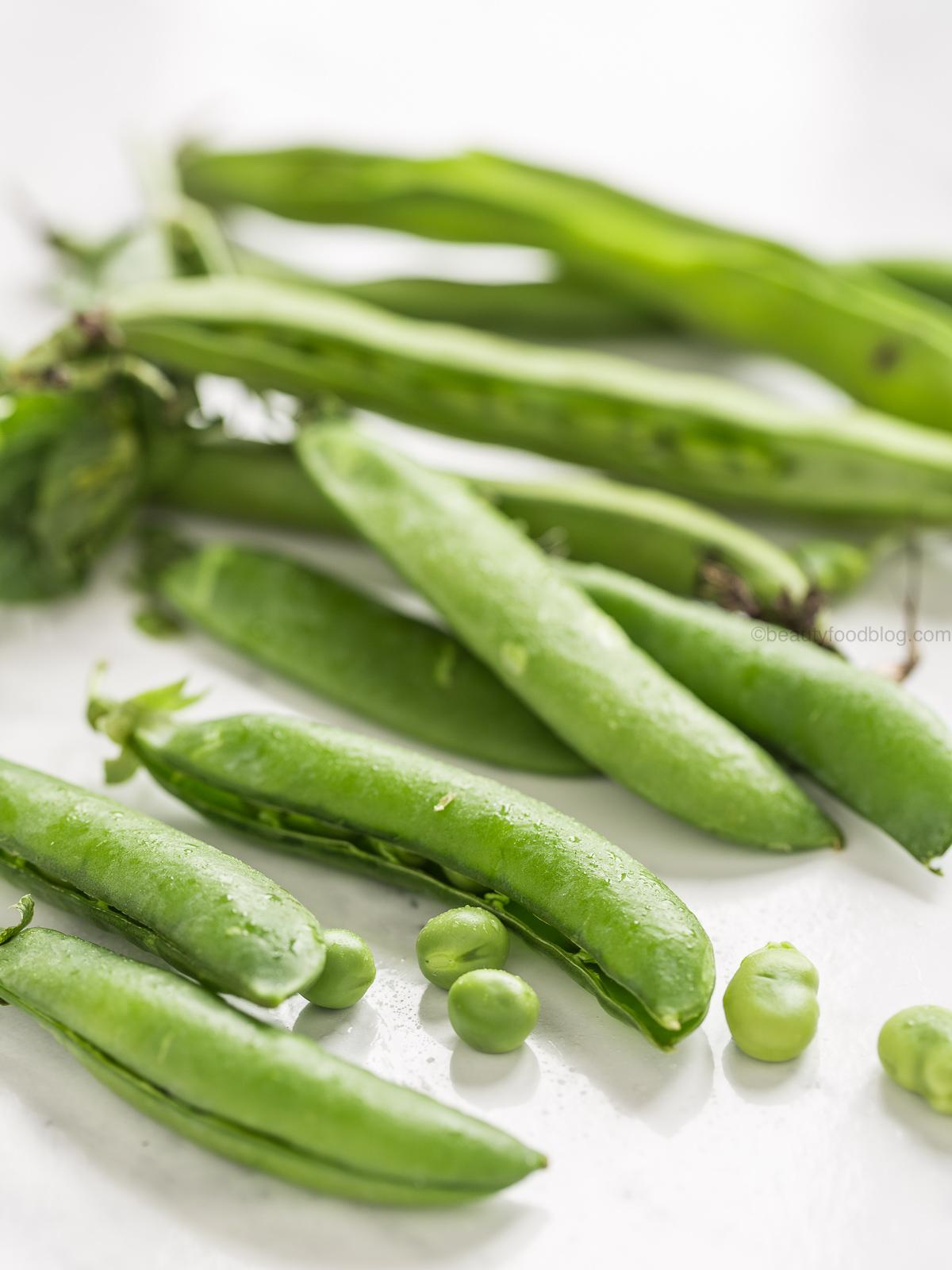 ricetta Shirataki noodles alle verdure primaverili con pesto di fave e semi di girasole - spring shirataki noodles with broad bean pesto