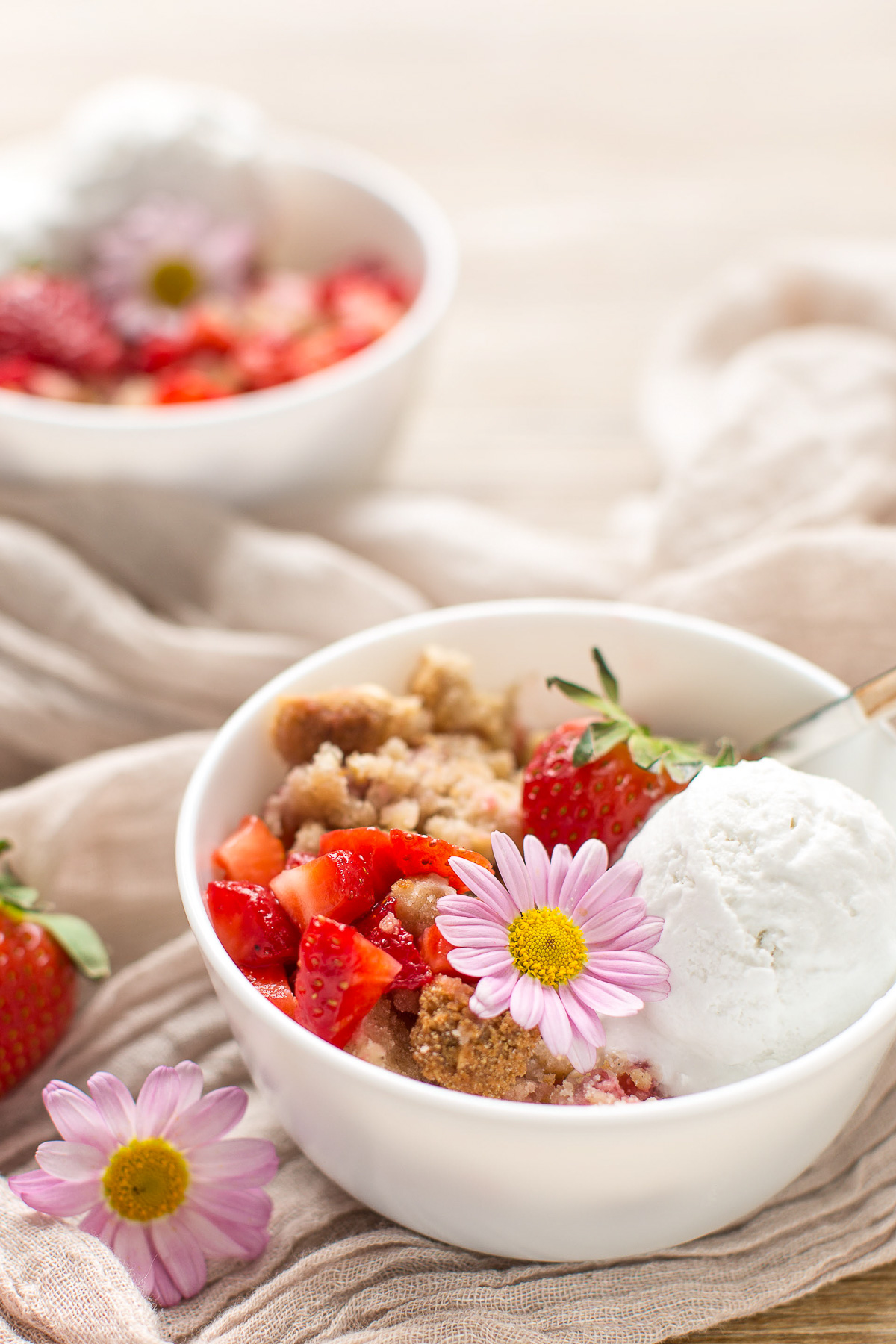 crumble di fragole e rabarbaro vegan senza glutine con mandorle e nocciole - #vegan glutenfree rhubarb strawberry crisp with almonds and hazelnuts