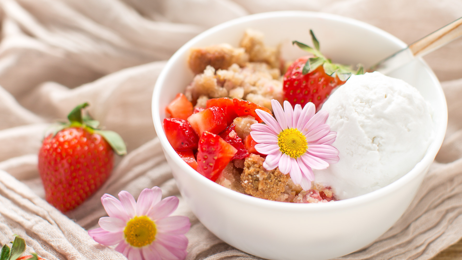 crumble di fragole e rabarbaro vegan senza glutine senza zucchero raffinato - vegan glutenfree rhubarb strawberry crisp refined sugar free
