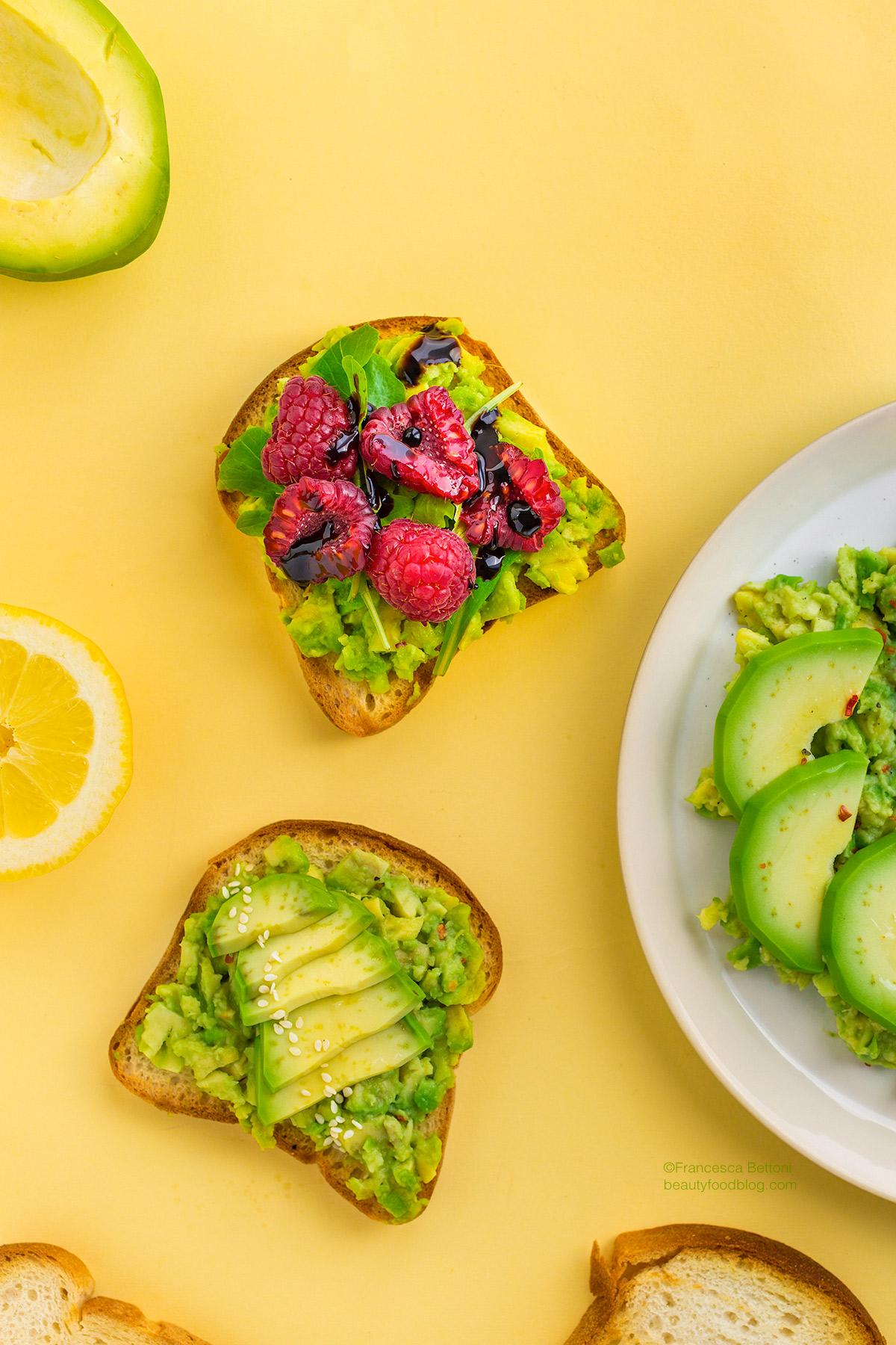 easy glutenfree vegan avocado toast recipe with raspberry and arugola -ricetta avocado toast vegan senza glutine con lamponi facile e veloce con tre varinti