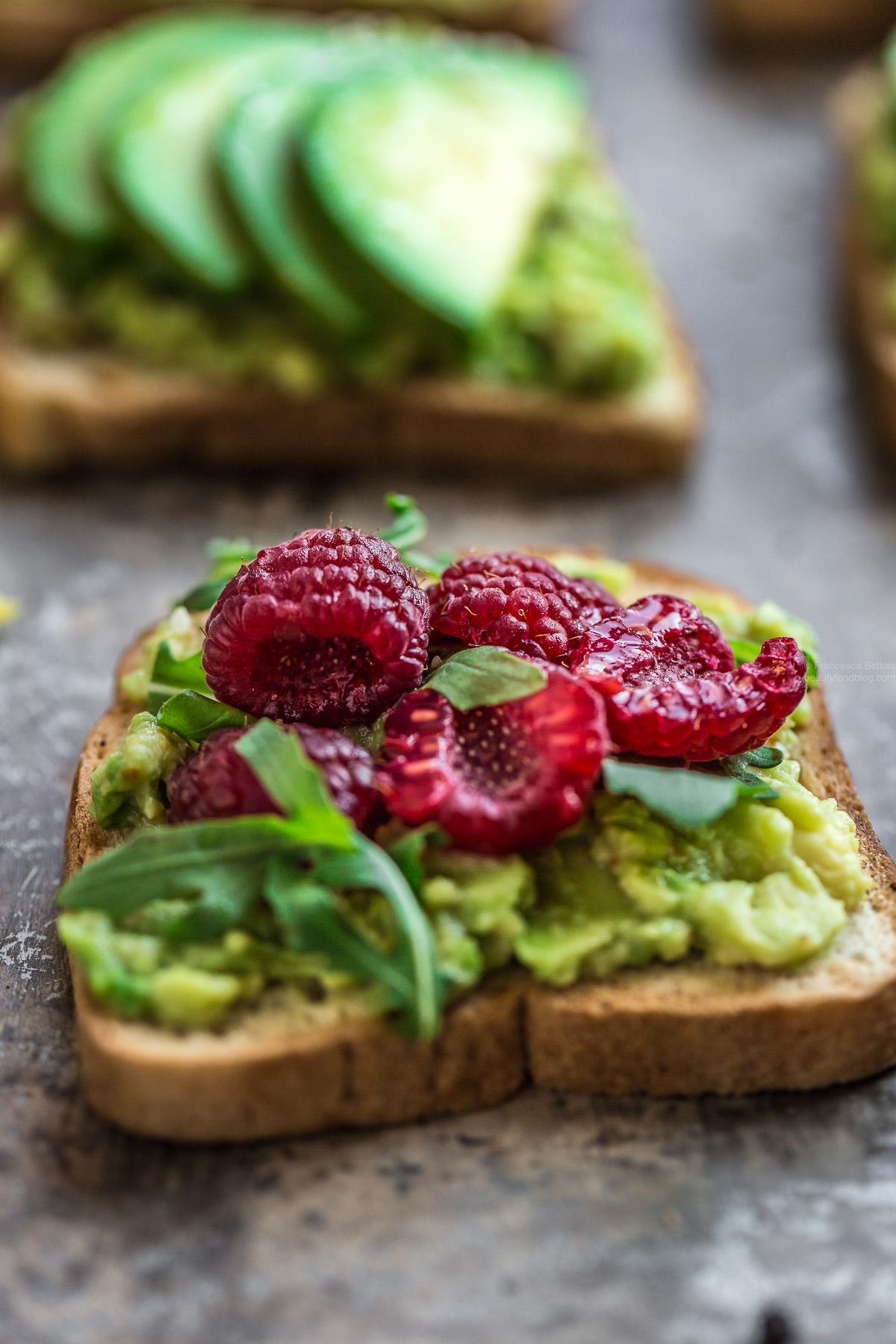 glutenfree vegan avocado toast recipe with raspberry and balsamic vinegar - ricetta avocado toast vegan senza glutine con lamponi e aceto balsamico