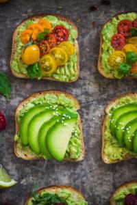 ricetta avocado toast vegan senza glutine - glutenfree vegan avocado toast recipe with tomatoes