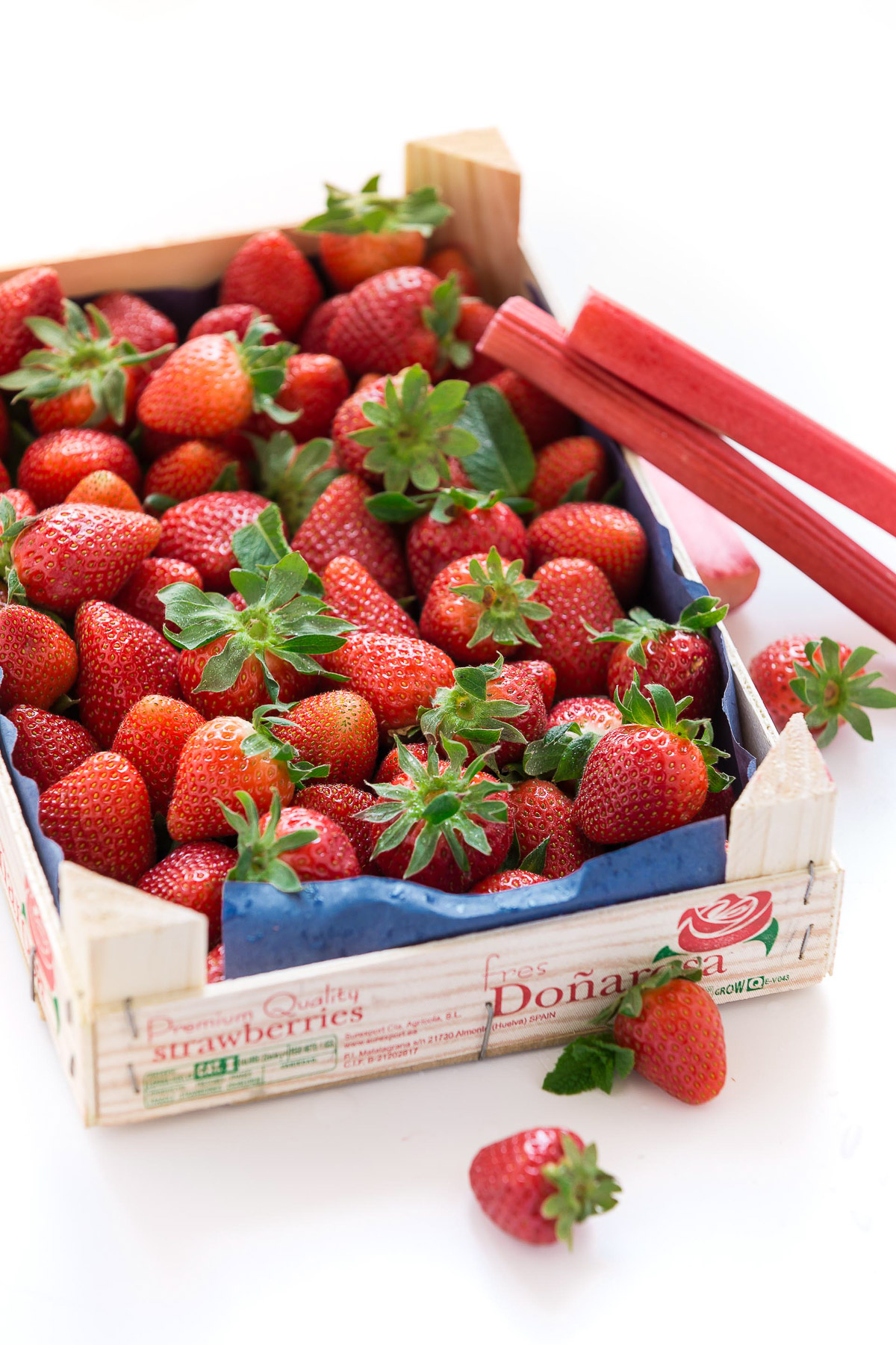 ricetta crumble di fragole e rabarbaro vegan senza glutine con mandorle e nocciole - vegan glutenfree rhubarb strawberry crisp